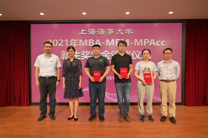 为奖学金获得者代表颁发获奖证书