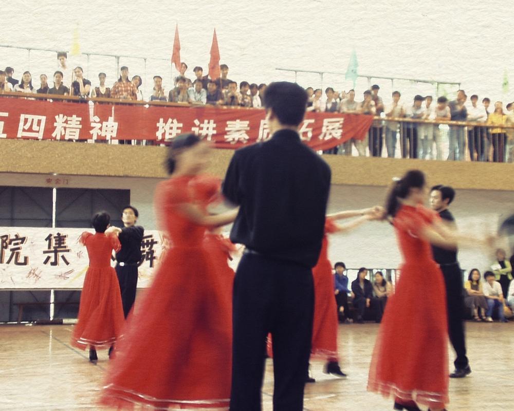 99年首届集体舞,时间:上半年,地点:老校体育馆;图片来源:档案馆