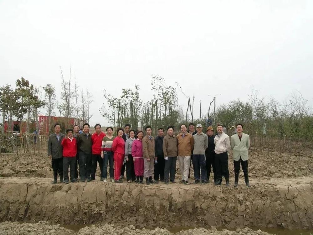 2005年4月种植第一批苗木的海大教职工合影