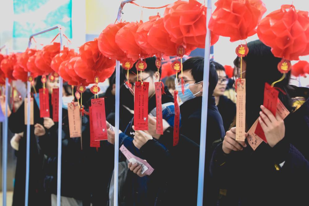 学生参与迎春游园会猜灯谜项目