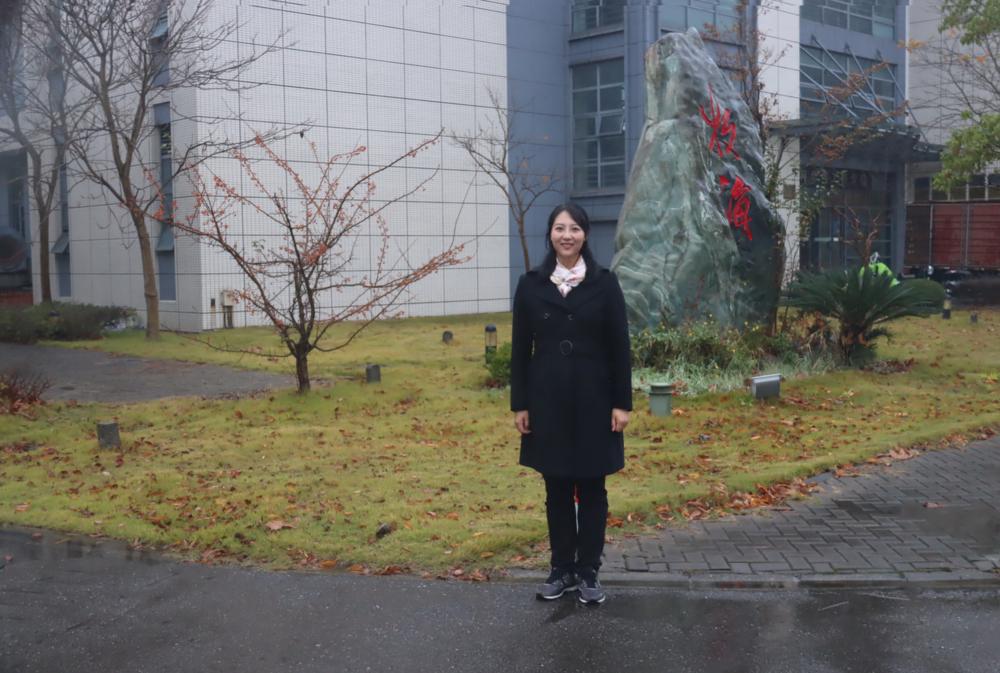 杨芳梅老师在学院楼前留影