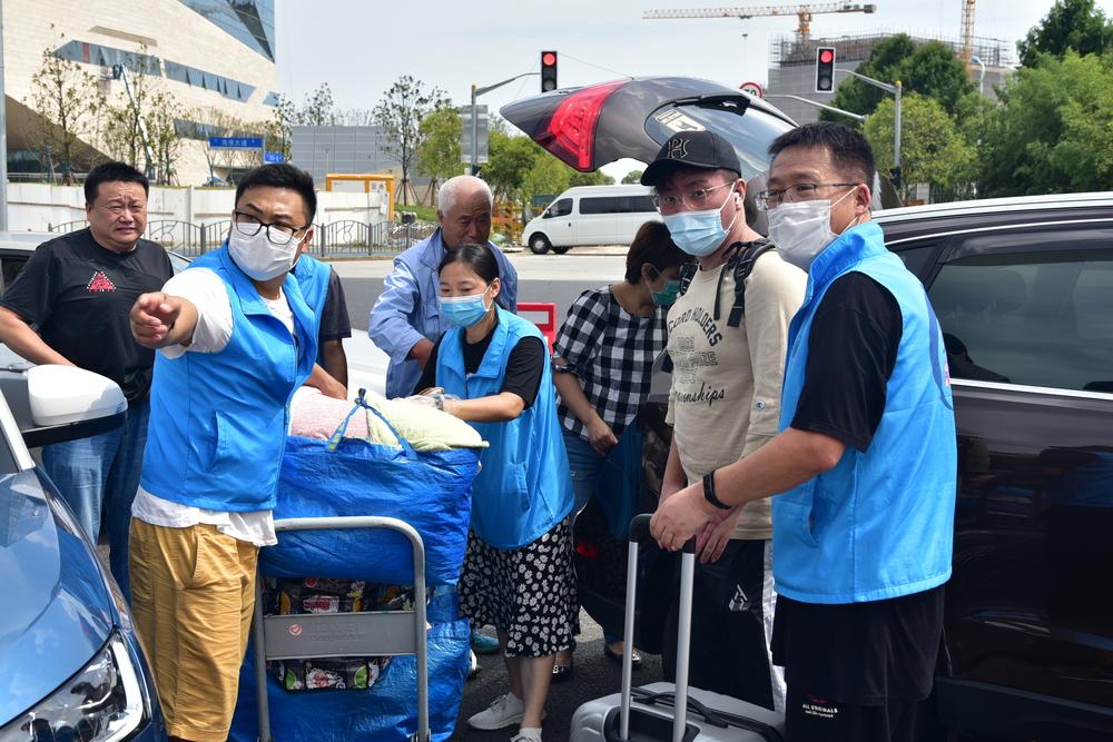 教职工志愿者帮助新生搬运行李