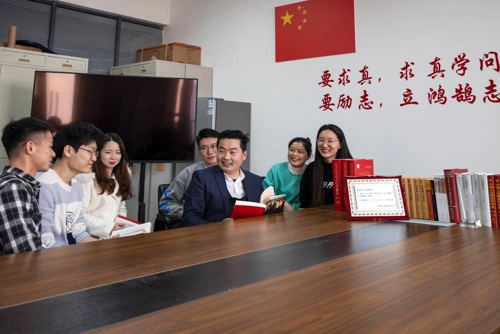 姚昌老师与学生在一起
