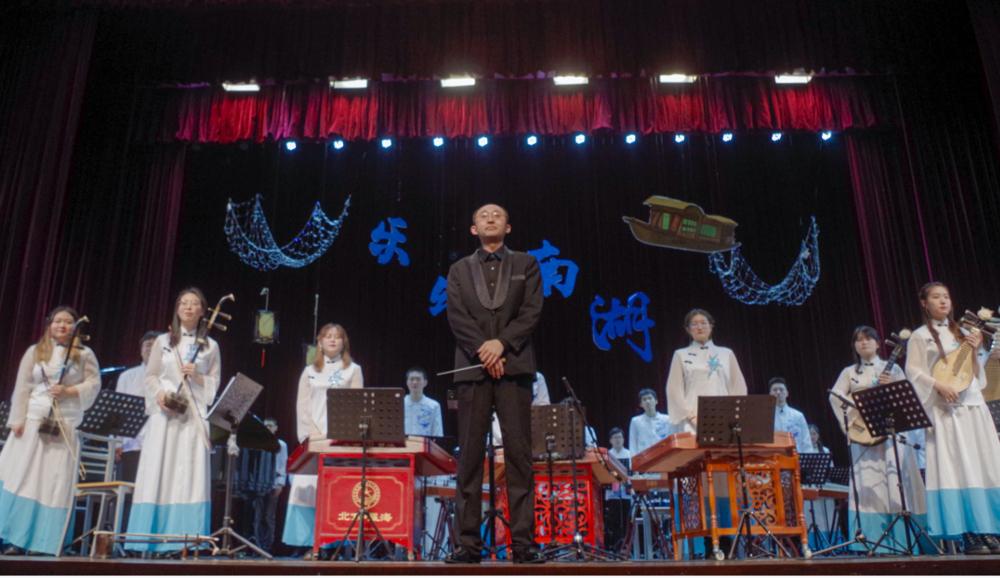 演奏《瑶族舞曲》《北京喜讯到边寨》结束后谢幕