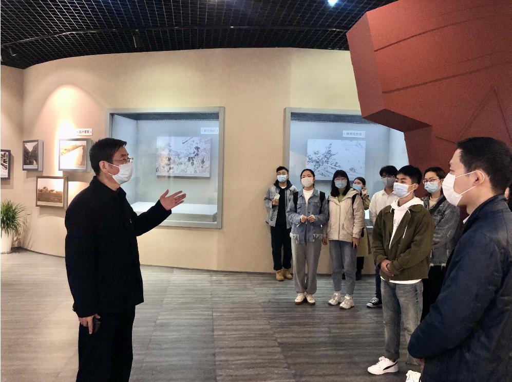 外国语学院党委书记朱耀斌向师生党员讲解泥城暴动等革命史迹