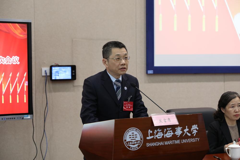 陆靖校长就代表提出的意见和建议向大会作说明