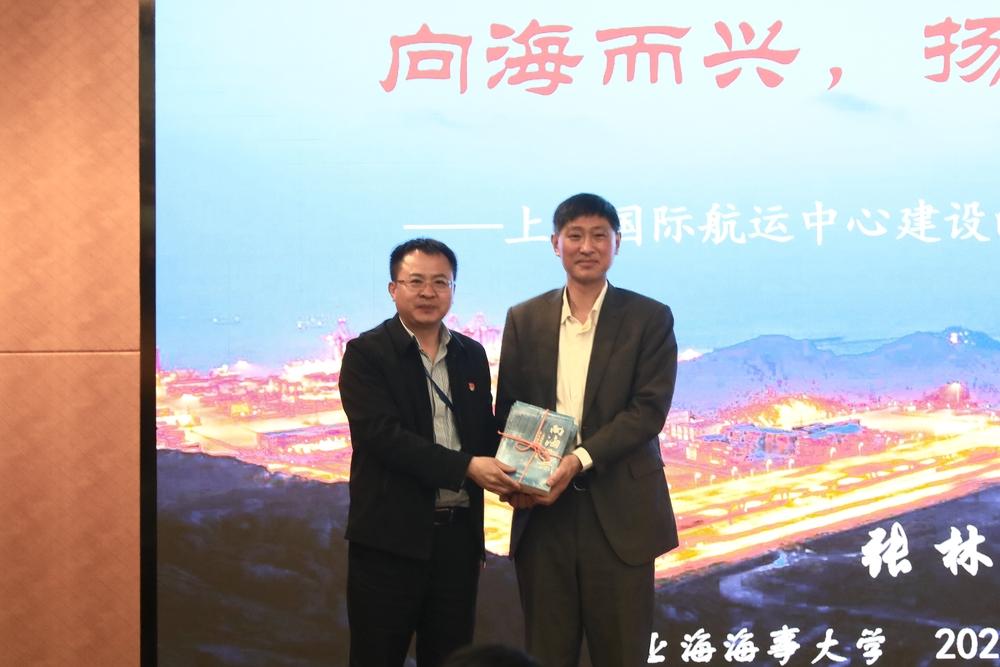 副校长栗建华代表学校接受张林捐赠书籍