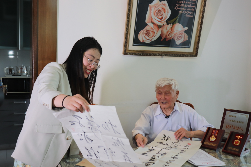 管理交工17级(大四)学生党支部为奚国藩老同志送上学生庆祝建党百年的书法作品