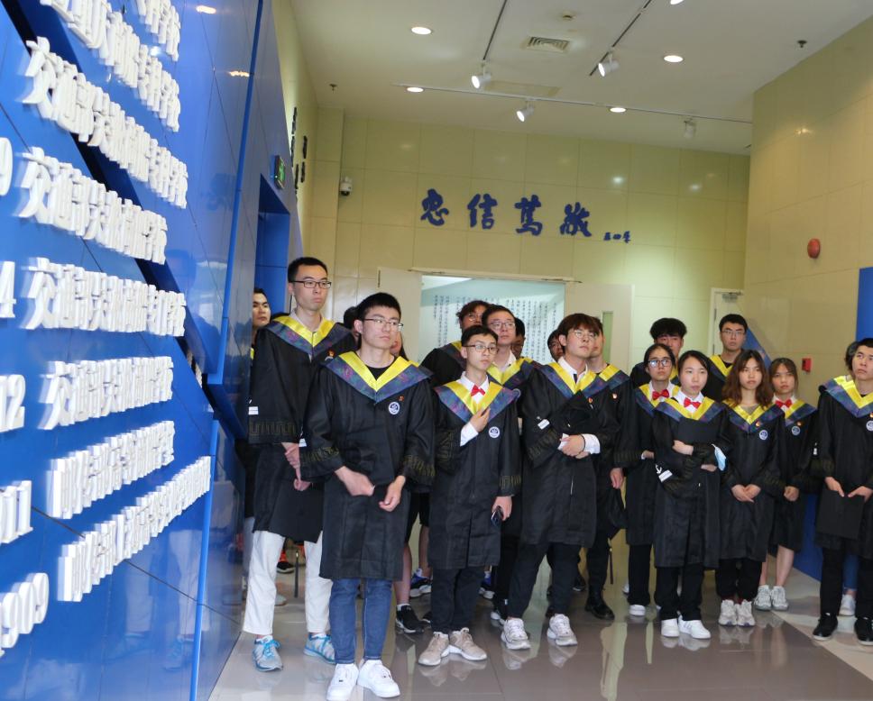 """海洋环境与工程学院组织毕业生党员在校史馆上""""实景党课"""""""