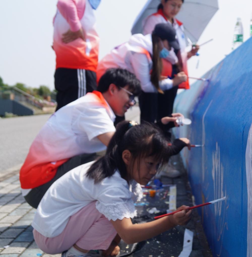 临港新片区小学生参与墙绘活动