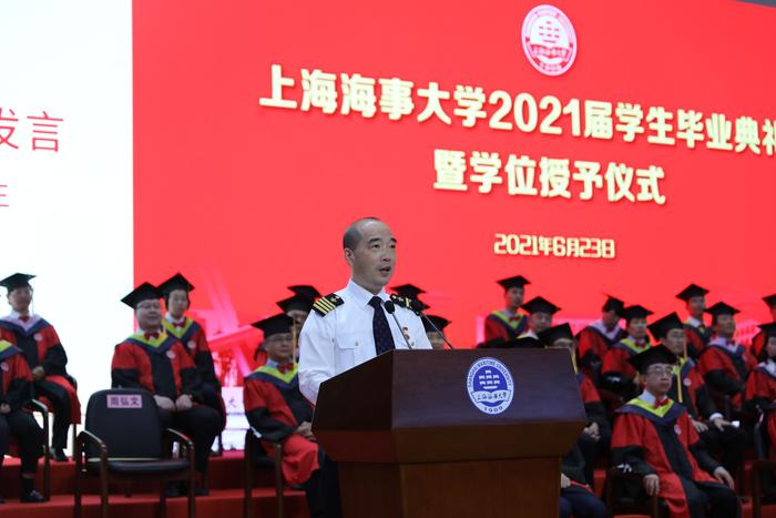 校友代表、1988级船舶驾驶专业毕业生、全国先进工作者、上海港高级引航员周弘文发言