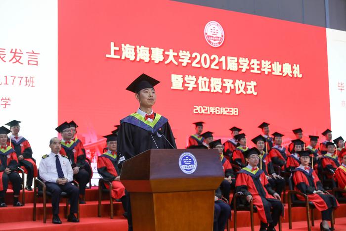 毕业生代表、商船学院轮机工程轮机177班毕业生李博发言