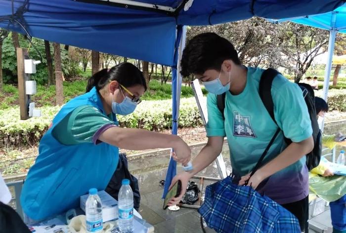 党员志愿者积极参与新生返校防疫工作