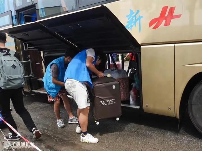 志愿者搬运行李